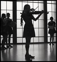09543414-Violinist-700_tcm2-9431